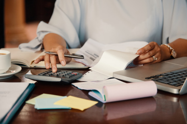 Co to jest saldo na koncie bankowym, a czym dostępne środki?