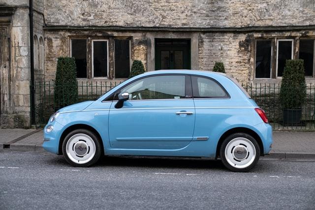 Co powinna zawierać umowa kupna sprzedaży samochodu?